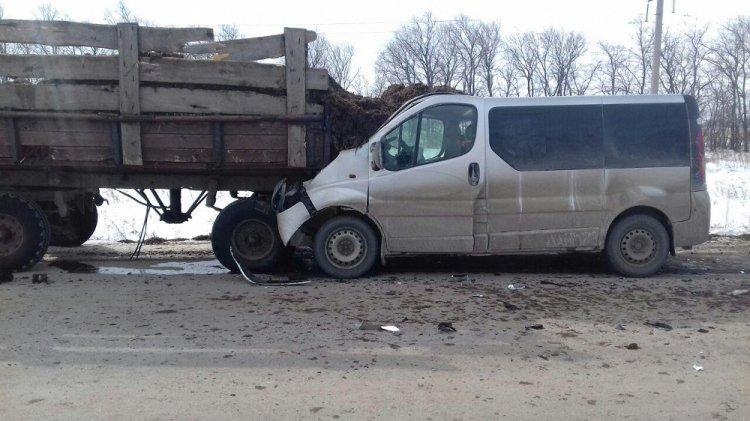 В Башкирии Opel Vivaro «догнал» трактор с прицепом, есть пострадавшие