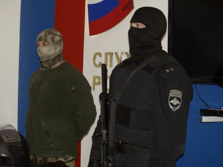 Уфимские студенты примерили шлемы и бронежилеты офицеров полицейского отряда «Гром»