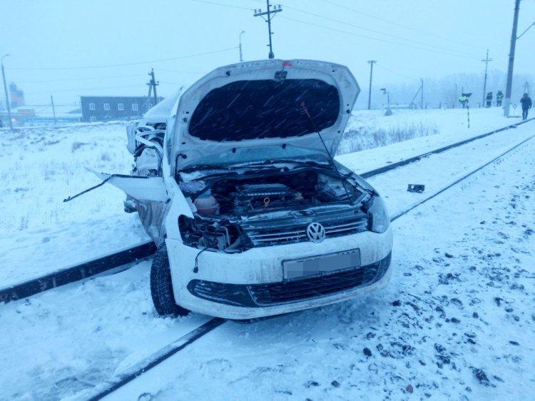 В Башкирии поезд протаранил легковушку, есть жертвы