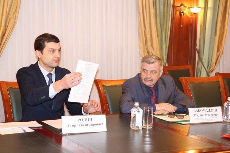 На приеме у Михаила Закомалдина вдове фронтовика вручили сертификат на улучшение жилищных условий