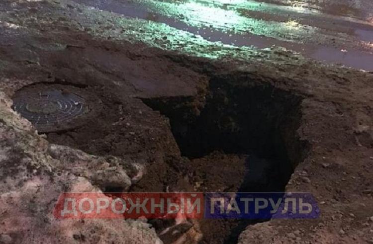 В Уфе из-за провала грунта легковой автомобиль ушёл под землю