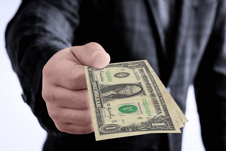 Несимпатичным работникам платят больше красавцев