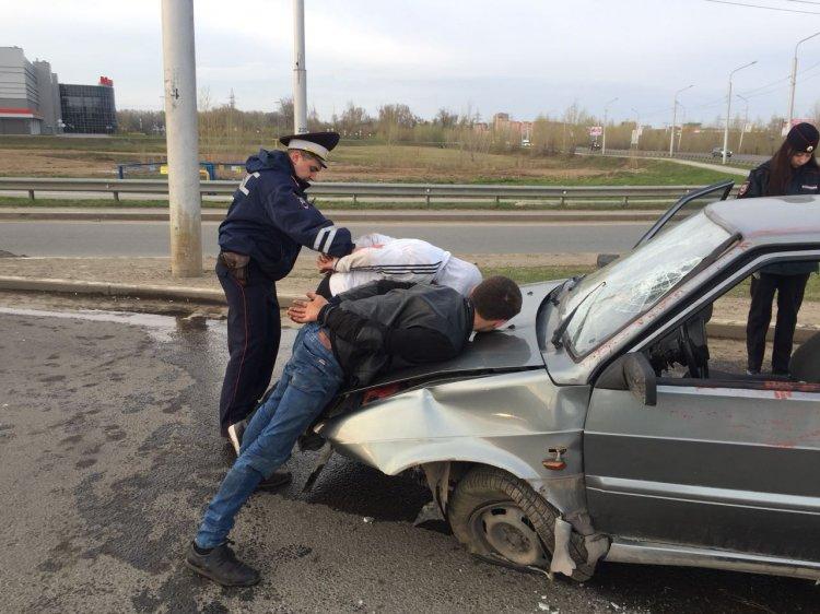 Пьяный угонщик в Уфе попал в ДТП во время полицейской погони