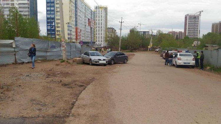 В Уфе пьяный водитель Hyundai Solaris сбил двух пешеходов и врезался в Mitsubishi Carisma