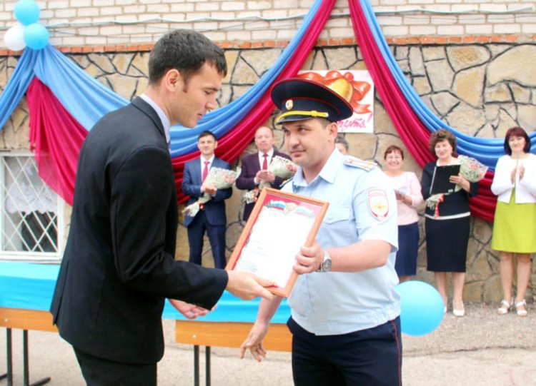 Учитель из Башкирии, вырвавший односельчанку из лап насильника, получил награду от МВД