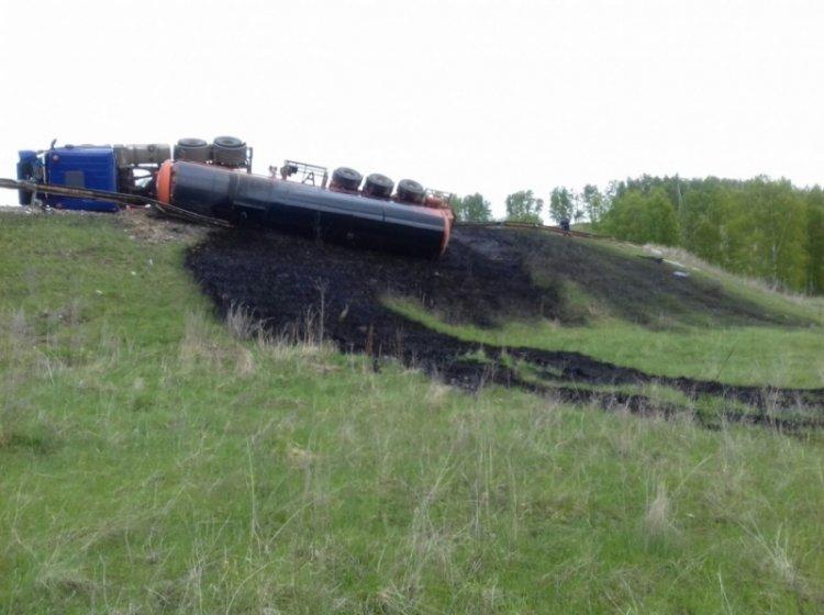 В Башкирии опрокинулась фура, на землю вылилось 1,3 тонн нефти