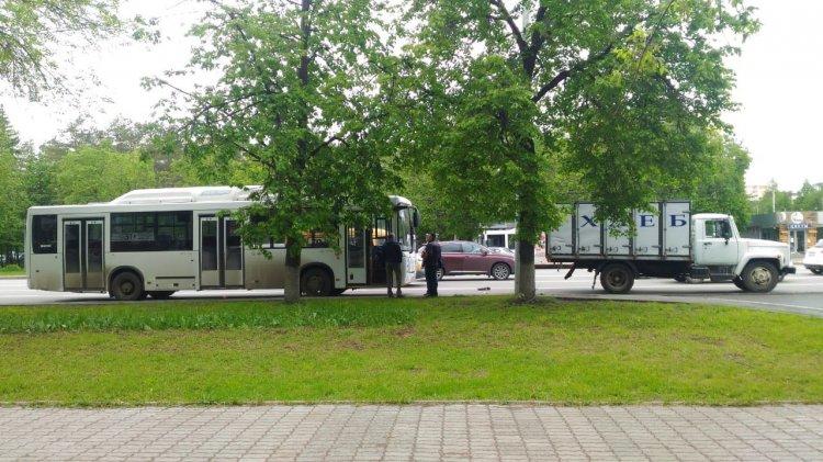 В Уфе грузовик врезался в маршрутный автобус: есть пострадавшие