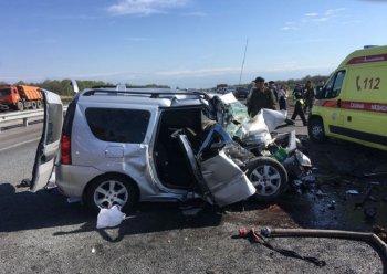 На трассе в Башкирии столкнулись «Лада Ларгус» и экскаватор-погрузчик: погибли 6 человек