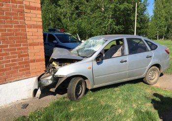 В Башкирии автомобиль врезался в здание лыжной базы: есть пострадавшие