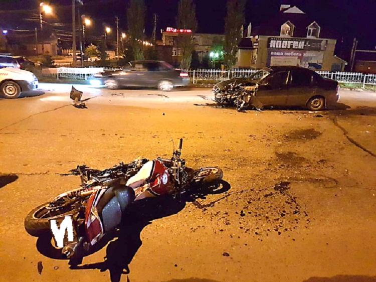 В Стерлитамаке на встречке столкнулись мотоцикл и легковушка