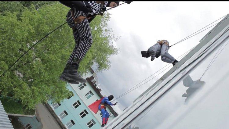 В Уфе росгвардейцы оделись в костюмы супергероев и навестили маленьких пациентов детской больницы