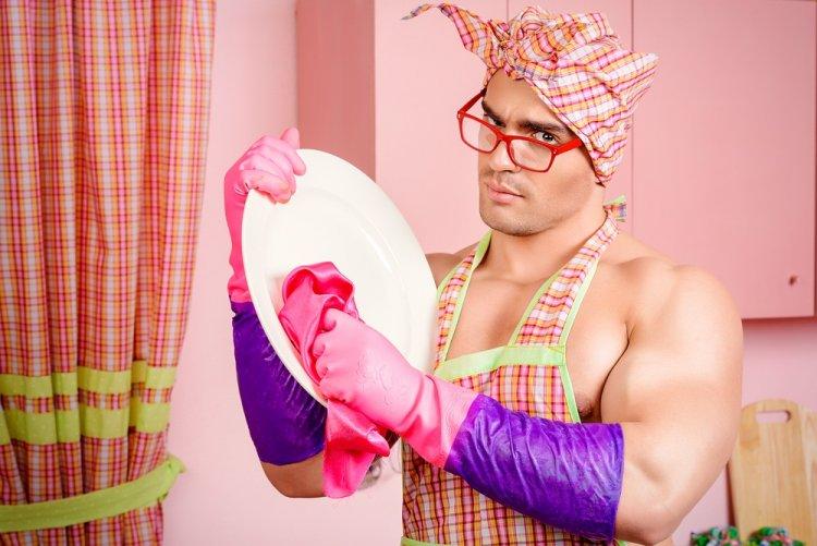 Почему не рекомендуется мыть посуду в гостях