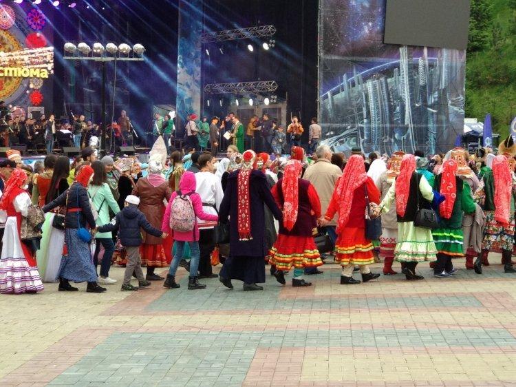 В столице Башкирии установили рекорд на самый массовый хоровод в национальных костюмах