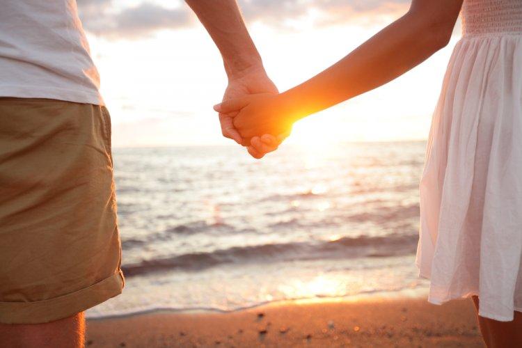 Названы  знаки Зодиака, которые любят держаться за руки