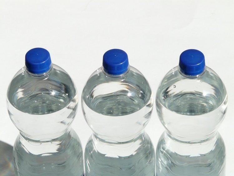 Зачем японцы ставят бутылки с водой возле своих домов. Ответ удивит многих