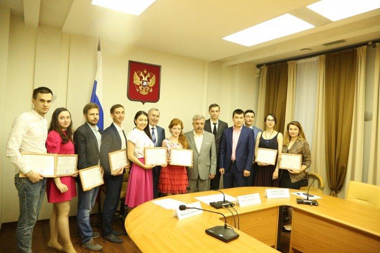 Михаил Закомалдин вручил дипломы выпускникам Малой академии государственного управления