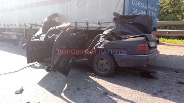 Страшное ДТП в Башкирии: легковой автомобиль врезался в фуру