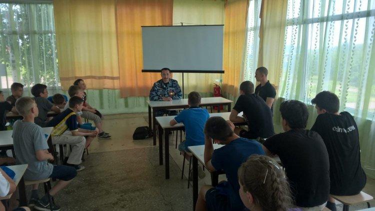 В Башкортостане сотрудник ОМОНа встретился с будущими кадетами Росгвардии в оздоровительном лагере
