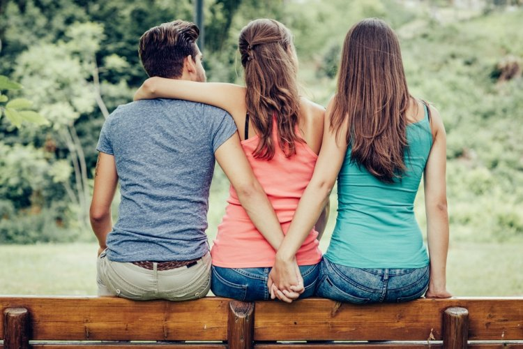 Когда у мужа появляется любовница, его выдают эти три жеста