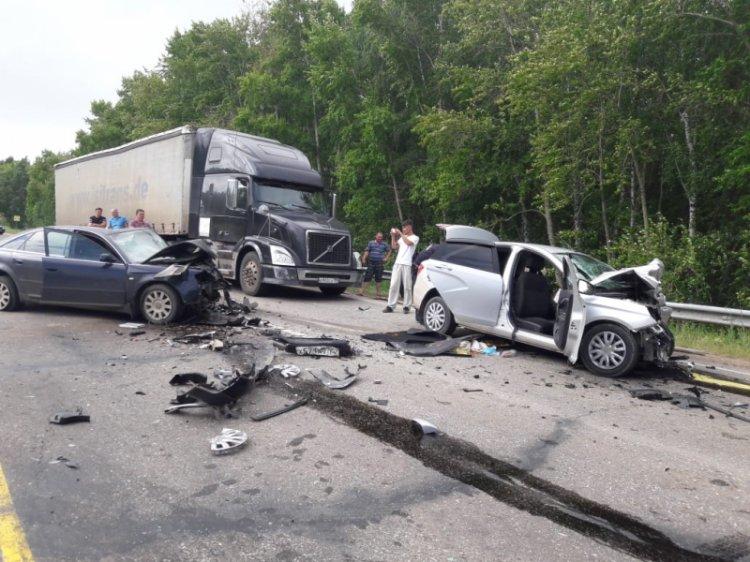 В Башкирии в страшном ДТП погиб один человек, семеро пострадали