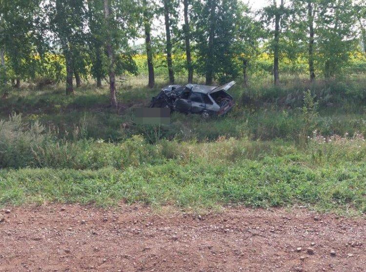 В Башкирии водитель без прав опрокинулся с кювет и врезался в дерево