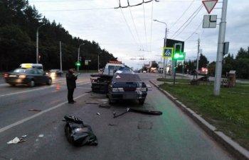 В Уфе водитель ВАЗа погиб, врезавшись в эвакуатор