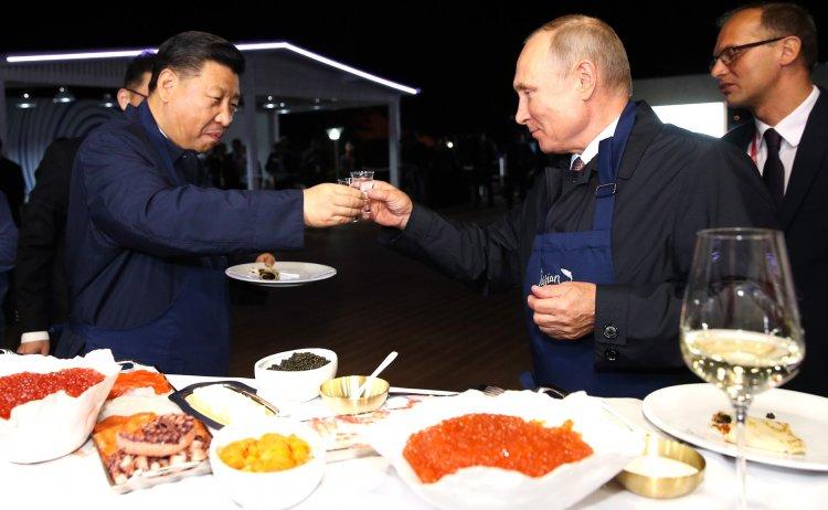 «Посидели чисто по-русски»: Путин и Си Цзиньпин напекли блинов с икрой и запили их водкой
