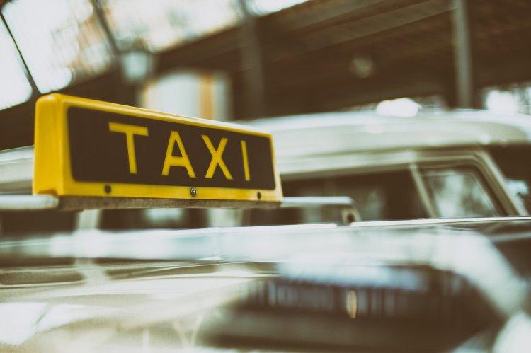 В Москве неадекватный таксист сломал пассажирке нос и ногу за шутку