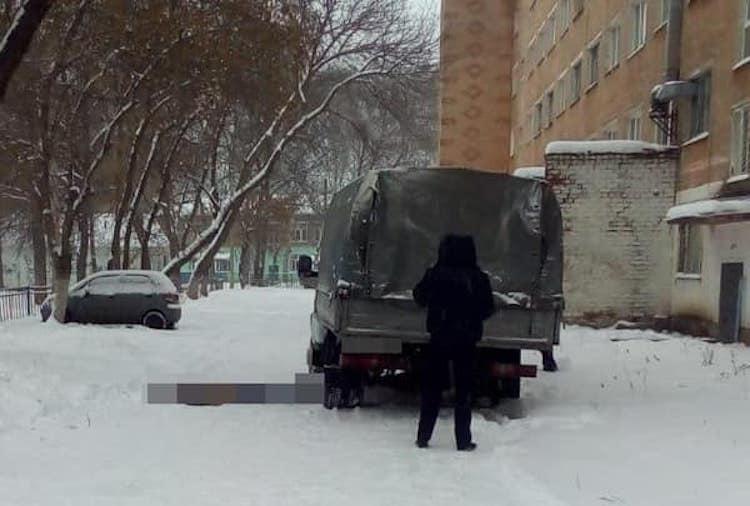 В Стерлитамаке грузовая «Газель» во дворе дома насмерть сбила мужчину