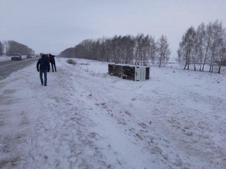 В Стерлитамакском районе Башкирии пассажирский автобус опрокинулся в кювет
