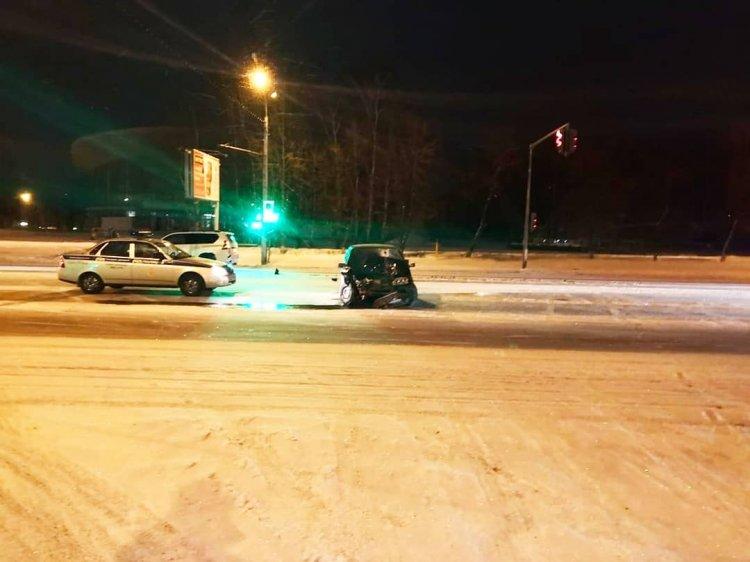 В Уфе пьяный лихач протаранил стоящий на светофоре «Toyota Land Cruiser Prado»