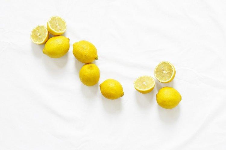 Специалисты рассказали, зачем нужно класть лимон с солью возле кровати