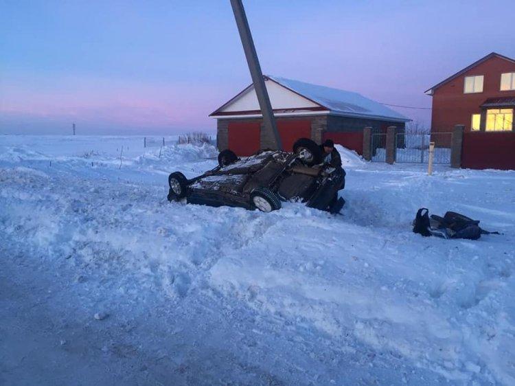 В Башкирии ВАЗ-2109 опрокинулся в кювет и врезался в электроопору
