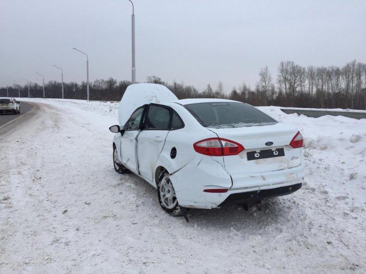 В Уфе водитель «Ford Fiesta» въехал в парапет, есть пострадавшие