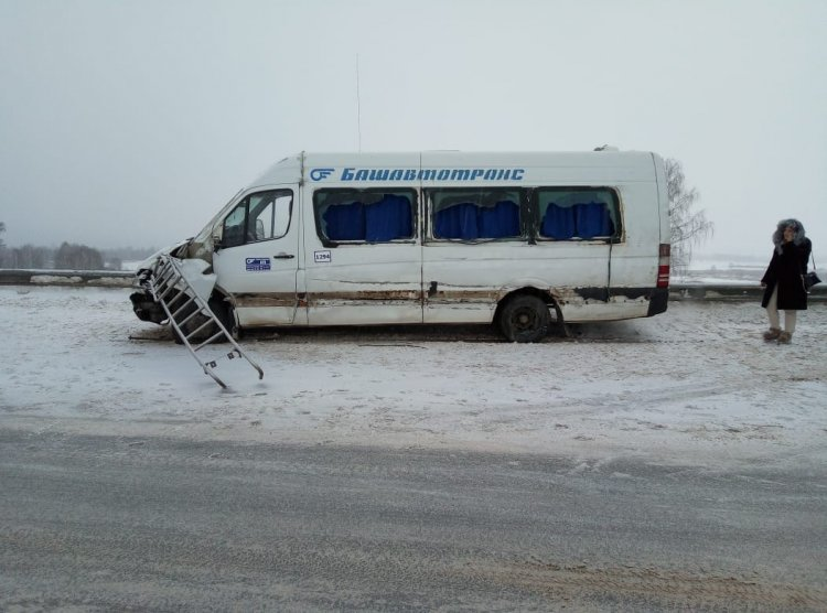 В Башкирии столкнулись автоцистерна и пассажирский автобус