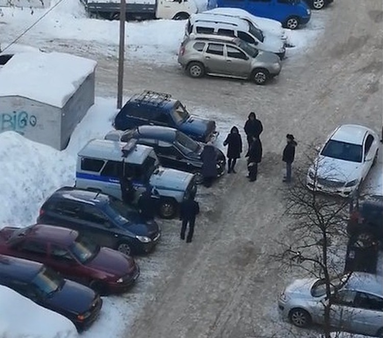 В Уфе женщина исцарапала гвоздем около 15 припаркованных машин