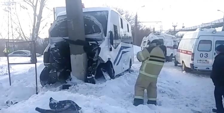 В Стерлитамаке маршрутка с пассажирами врезалась в столб