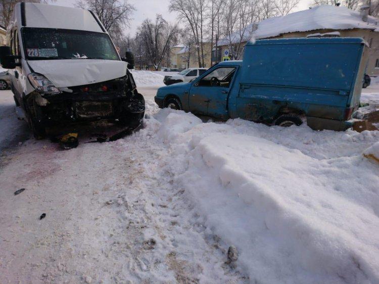 В Уфе столкнулись «Иж» и пассажирский автобус, есть пострадавшие