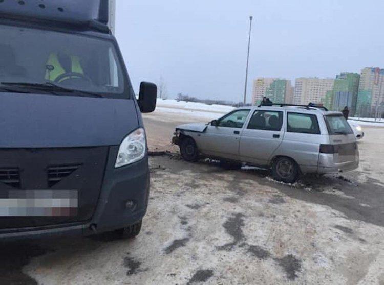 В Уфе столкнулись ВАЗ-2111 и грузовой фургон, пострадала 23-летняя девушка