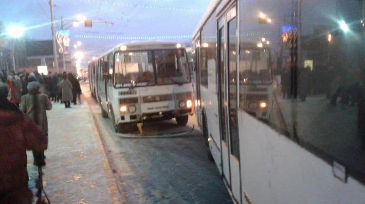 В Уфе столкнулись «ПАЗ» и «НефАЗ», пострадала 17-летняя девушка