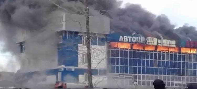 В Уфе всю ночь тушили пожар в автоцентре