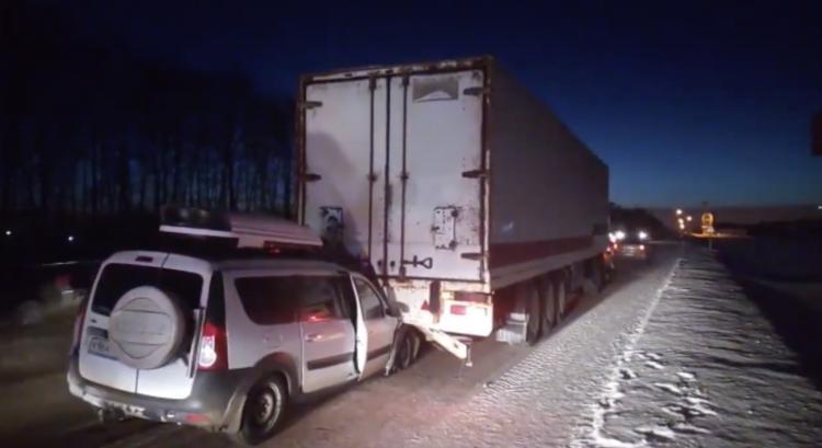 В Башкирии грузовик «подцепил» «Ладу Ларгус» и тащил за собой 2 километра