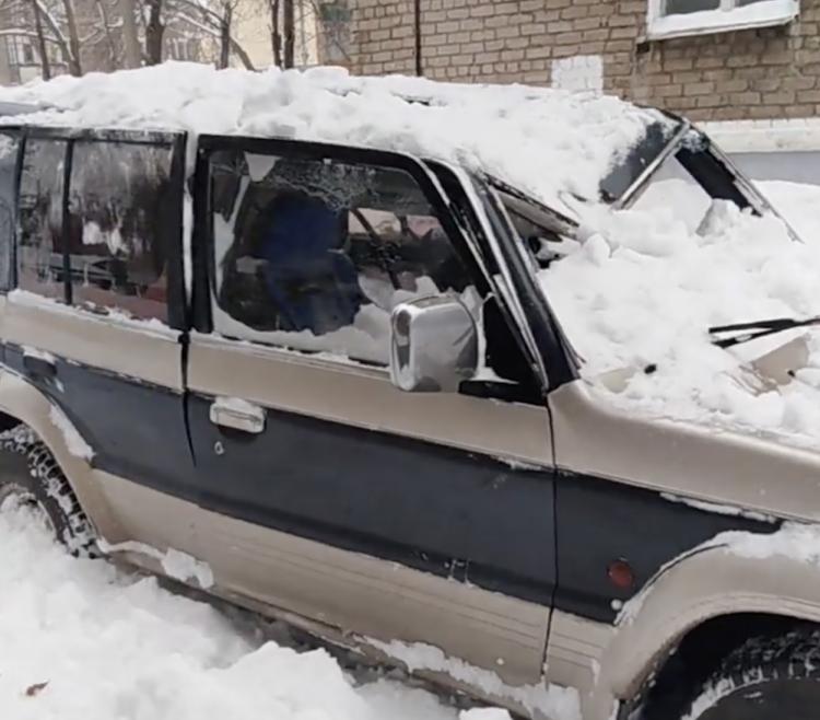 Глыба снега разбила машину в Стерлитамаке