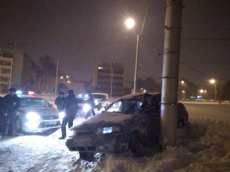 В Стерлитамаке водитель-лихач, уходя от погони ДПС, протаранил столб