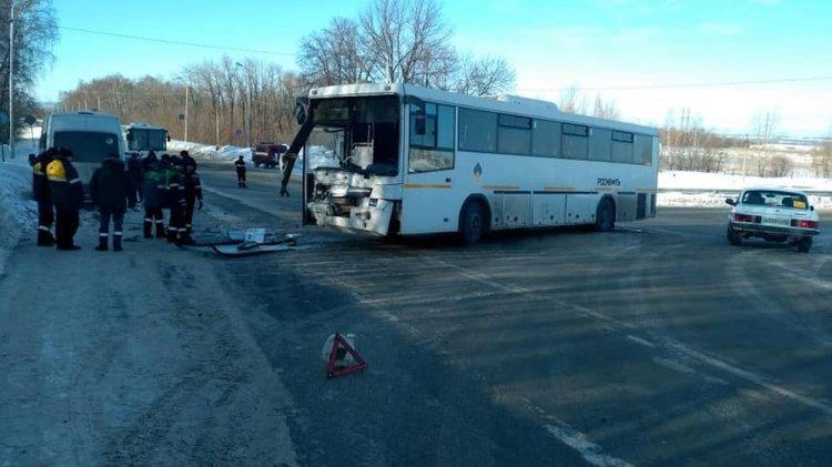 Два вахтовых автобуса столкнулись в Уфе, есть пострадавшие
