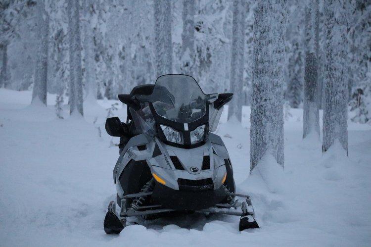 В Башкирии пропавших на снегоходе молодых людей нашли в снежном овраге