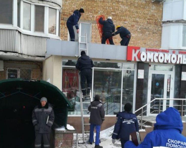 В Уфе молодой мужчина упал из окна на крышу магазина