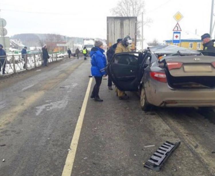 В Башкирии водитель Kia Rio погиб, врезавшись в попутную фуру