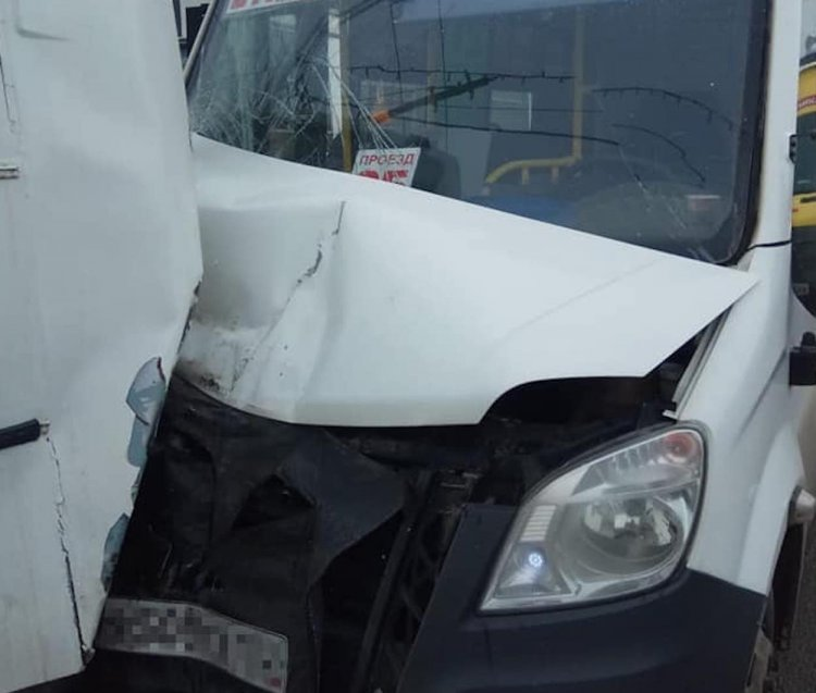 В Уфе три автобуса не поделили остановку, есть пострадавшие