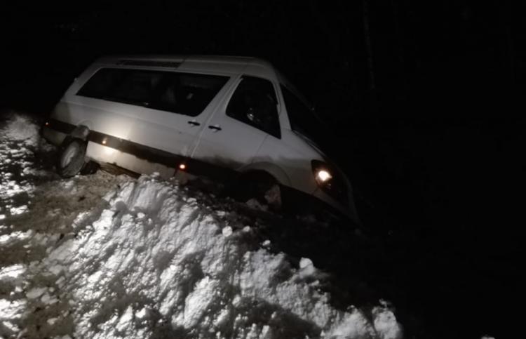 «Прилег на бок»: в Башкирии пассажирский автобус улетел в кювет